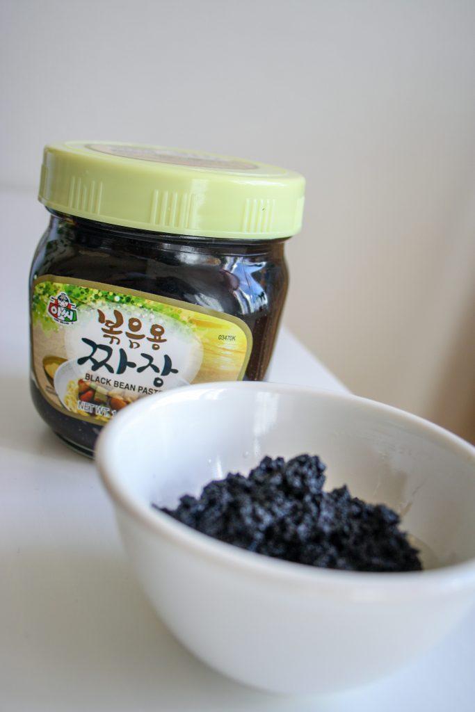 Chunjang och jajang: koreansk svart bönpaste på burk, och stekt sådan.